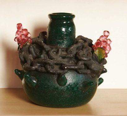 GIORGIO AFFABRIS Vaso in vetro pesante pulegoso con decoro ad altorilievo di grappoli...