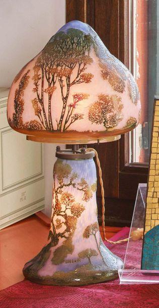 MURANO Lampada da tavolo in vetro doppiato marrone e verde su fondo rosa, decorata...