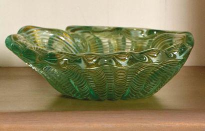 LAVORO ITALIANO Ciotola in forma di conchiglia in vetro verde con inclusioni di filigrane...