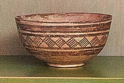 Un antico vaso per unguenti e un'antica coppa in terracorra decorata in nero Probabilmente...