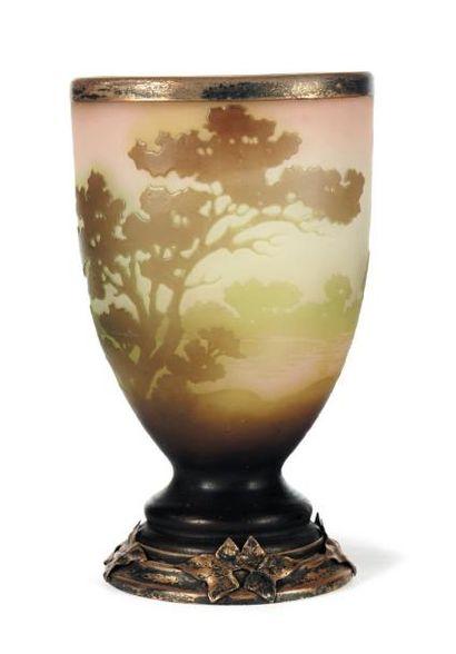EMILE GALLÉ (1846-1904) Petit vase En verre, monture en métal. Décor d'arbres. Signé....