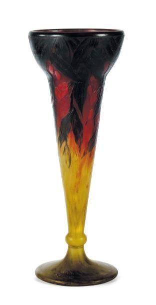 DAUM Vase En verre. Décor de feuillages. Signé. H_40 cm