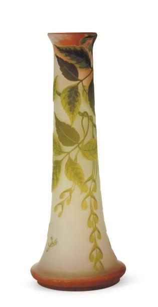 EMILE GALLÉ (1846-1904) Vase tronconique En verre. Décor de feuillages. Signé. H_45...