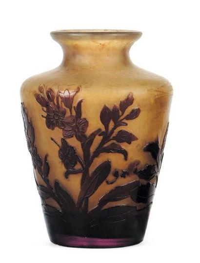 EMILE GALLÉ (1846-1904) Petit vase En verre à décor de fleurs. Signé. H_11 cm
