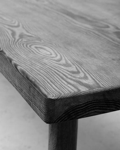 CHARLOTTE PERRIAND (1903-1999) Table de salle à manger Plateau en sapin et pieds...