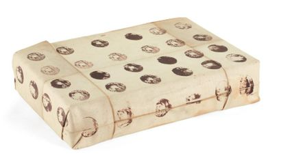 JAMES BROWN (NÉ EN 1951 À) La boîte empaquetée, 1989 Boîte comprenant des cachet...