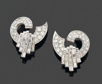 PAIRE de CLIPS d'oreilles formés d'une arabesque...