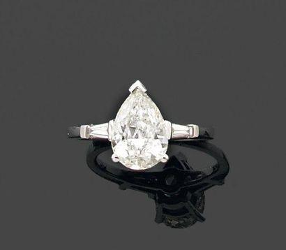 BAGUE ornée d'un diamant de forme poire monté...