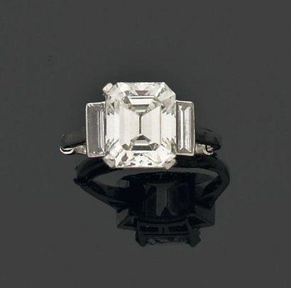 BAGUE ornée d'un diamant rectangulaire à...