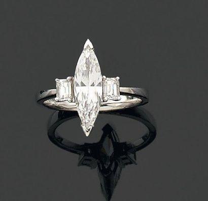 BAGUE ornée d'un diamant de forme navette...