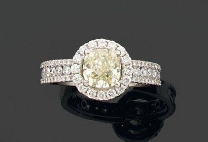 BAGUE ronde ornée d'un diamant coussin Fancy...