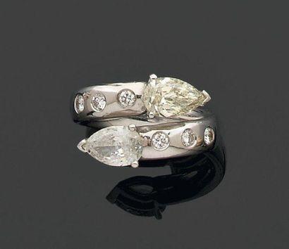 BAGUE croisée ornée de diamants de forme...