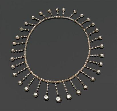 COLLIER draperie formé d'une ligne de diamants...