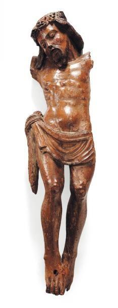 Christ en noyer sculpté avec restes de polychromie....