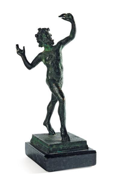 Faune dansant en bronze à patine antique....