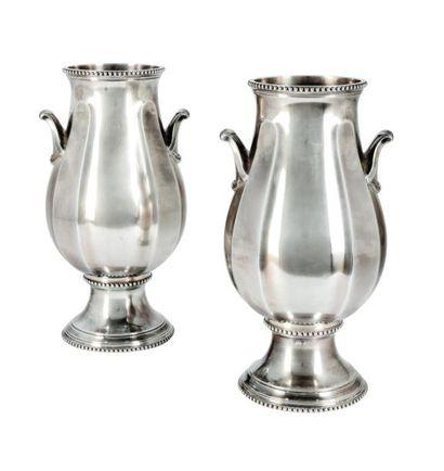 Paire de vases de forme balustre en argent....
