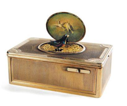 Boite automate à musique en bronze doré à...