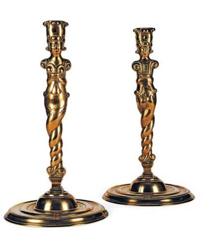 Rare paire de flambeaux en bronze. Fûts en...
