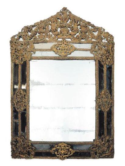 Grand miroir en cuivre repoussé, à décor...