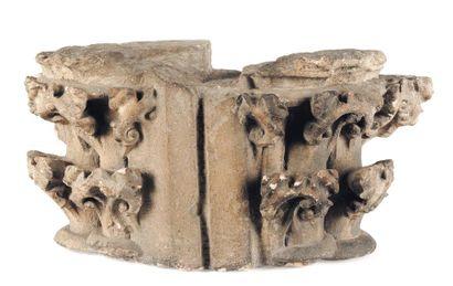 Chapiteau double d'applique en pierre calcaire...