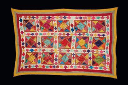 Textiles Kutch en soie, à décor appliqué de carrés polychromes à motifs géométriques...