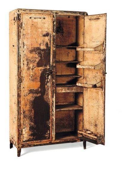 Armoire de laboratoire en métal peint (manque à la peinture). H_191 cm L_101 cm...