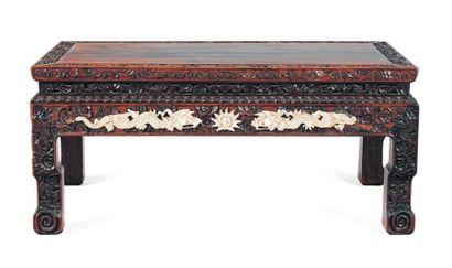 Table basse en bois sculpté, à décor de dragons...