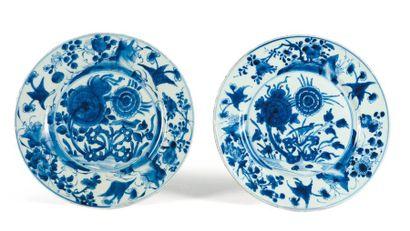 Deux assiettes en porcelaine bleu/blanc,...