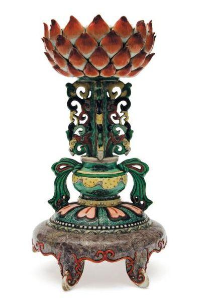 Support d'objet bouddhique en porcelaine....