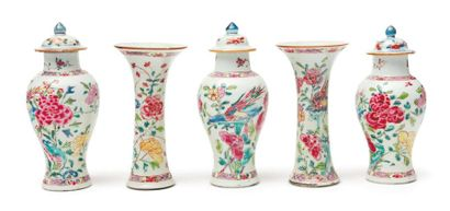 Petite garniture composée de cinq vases dont...