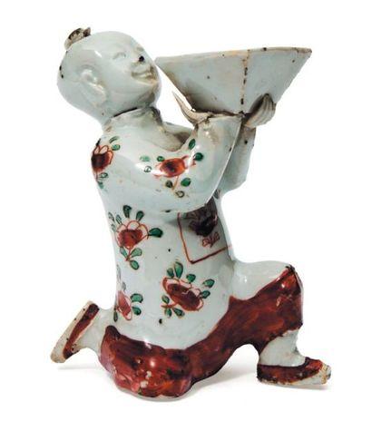 Hoho porteur de vase à offrande en porcelaine....
