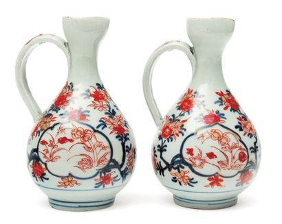 Deux petites aiguières en porcelaine, à décor...