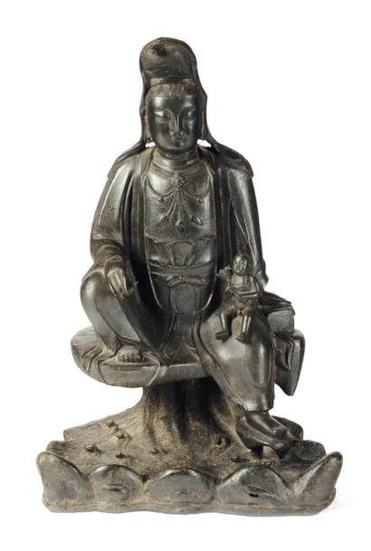 Guanyin assise avec un enfant en bronze....