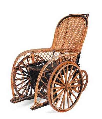 Fauteuil à deux roues en osier. XIXe siècle....