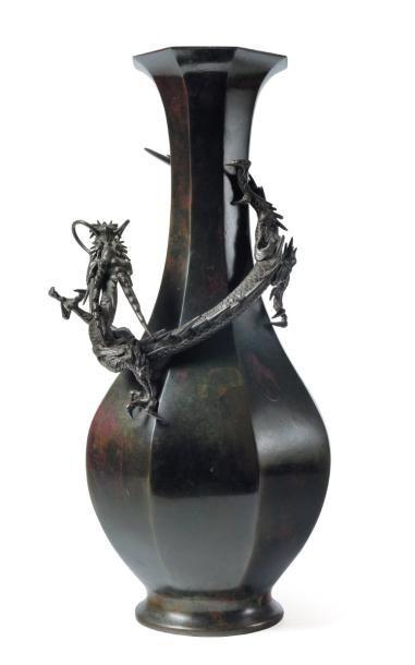 Vase en bronze à décor d'un dragon. Japon,...