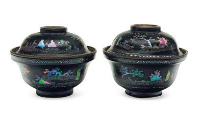 Deux bols couverts en laque burgautée. Chine,...