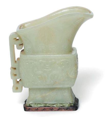 Coupe en jade à décor sculpté de motifs stylisés...