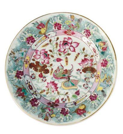 Assiette en porcelaine, à décor d'un couple...
