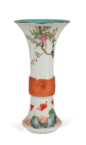 Petit vase cornet en porcelaine, à décor...