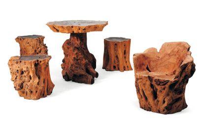 Salon composé d'un fauteuil, un guéridon et trois tabourets en racine d'arbre. Table:...