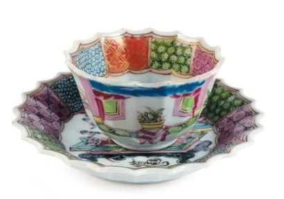 Sorbet et son présentoir en porcelaine. Chine,...