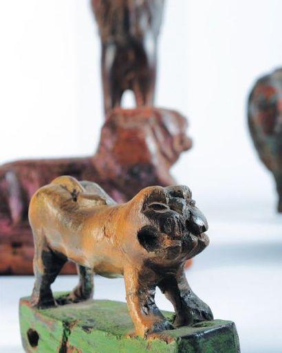 Six statuettes de lions dont un jouet sur roulettes Rajasthan, XXe siècle. H_entre...