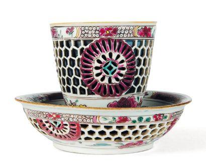 Sorbet et son présentoir en porcelaine, à...