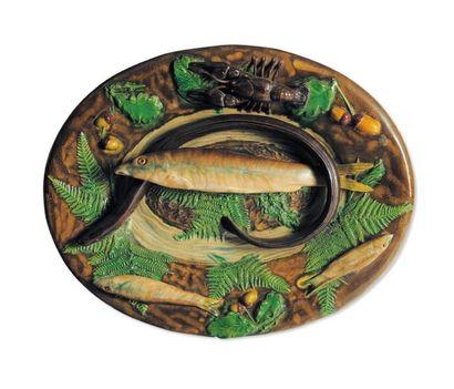 Plat ovale à décor en relief de poissons,...