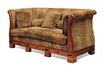 Canapé à trois dossiers En bois clair mouluré...