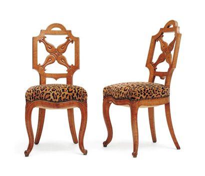 Paire de chaises en sycomore. Dossier ajouré...