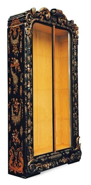 Grande armoire vitrée à décor en or de feuillages...