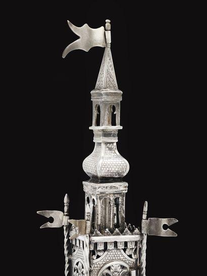 TOUR D'ÉPICES EN ARGENT Moravie, fin du XVIIIe siècle Ce modèle très élaboré est...