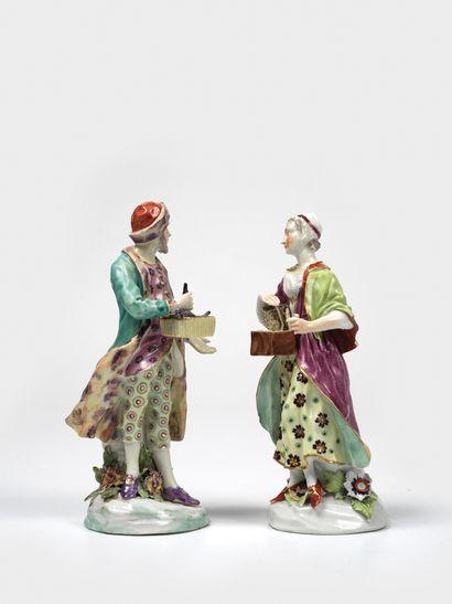RARE PAIRE DE FIGURINES EN PORCELAINE POLYCHROME Derby, R.U., vers 1765 Ces figurines,...