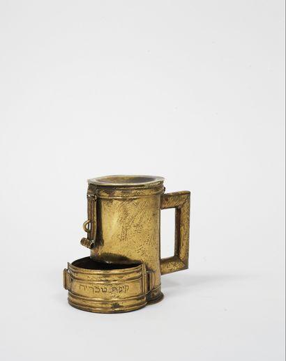 BOITE DE TSEDAKA EN LAITON AVEC DEUX COMPARTIMENTS Italie, vers 1800 Le compartiment...